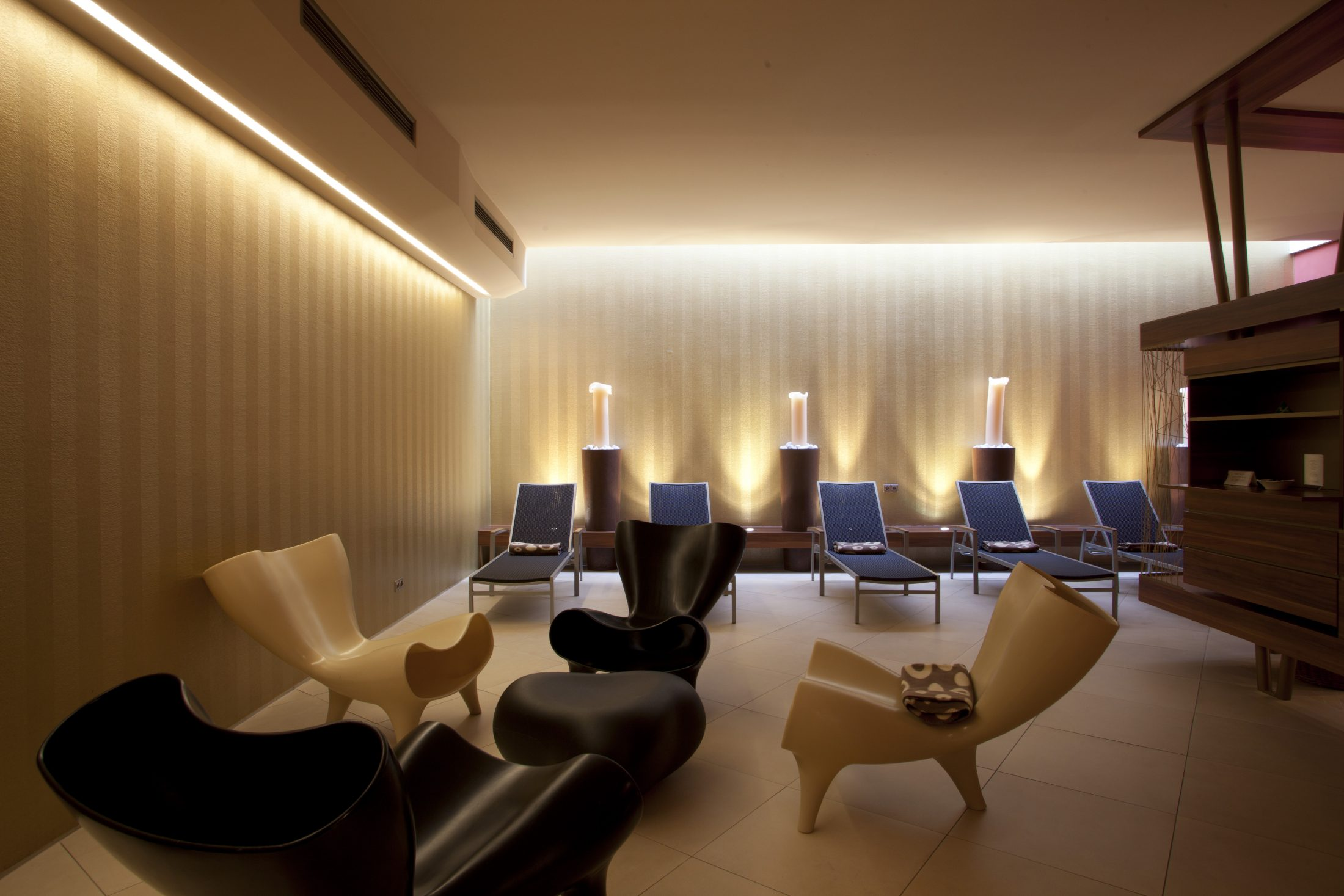 Saunabereich mit Liegen und modernen Stühlen