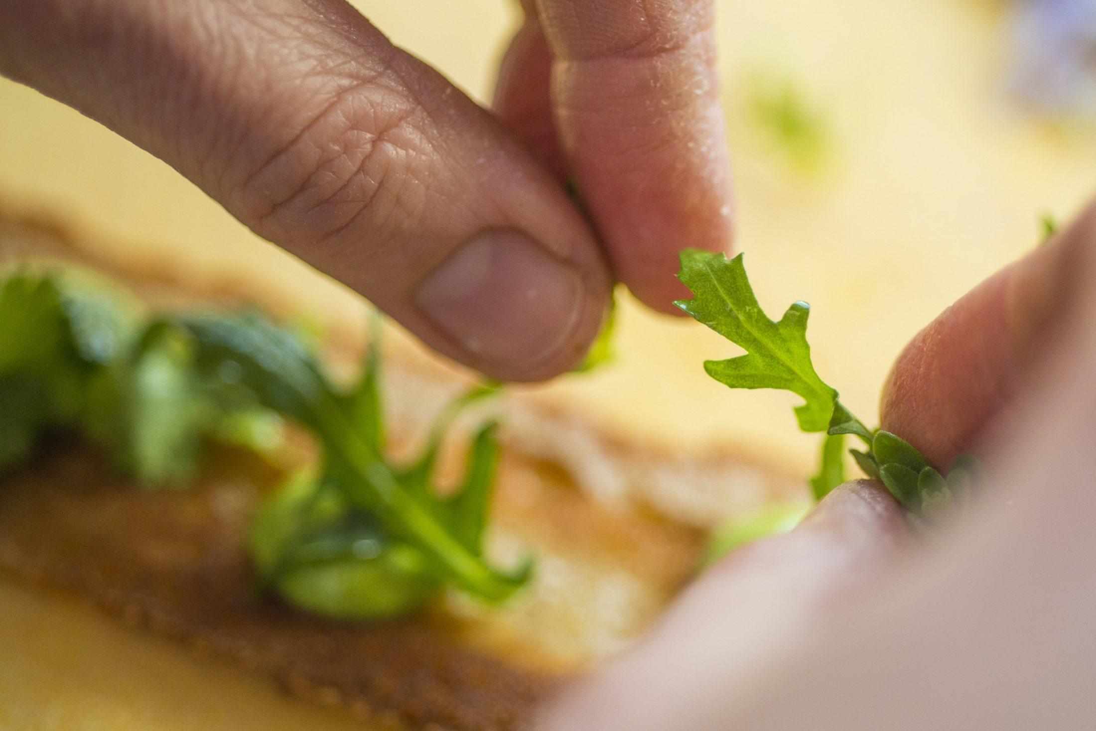 Brot garnieren mit Rucola Salat