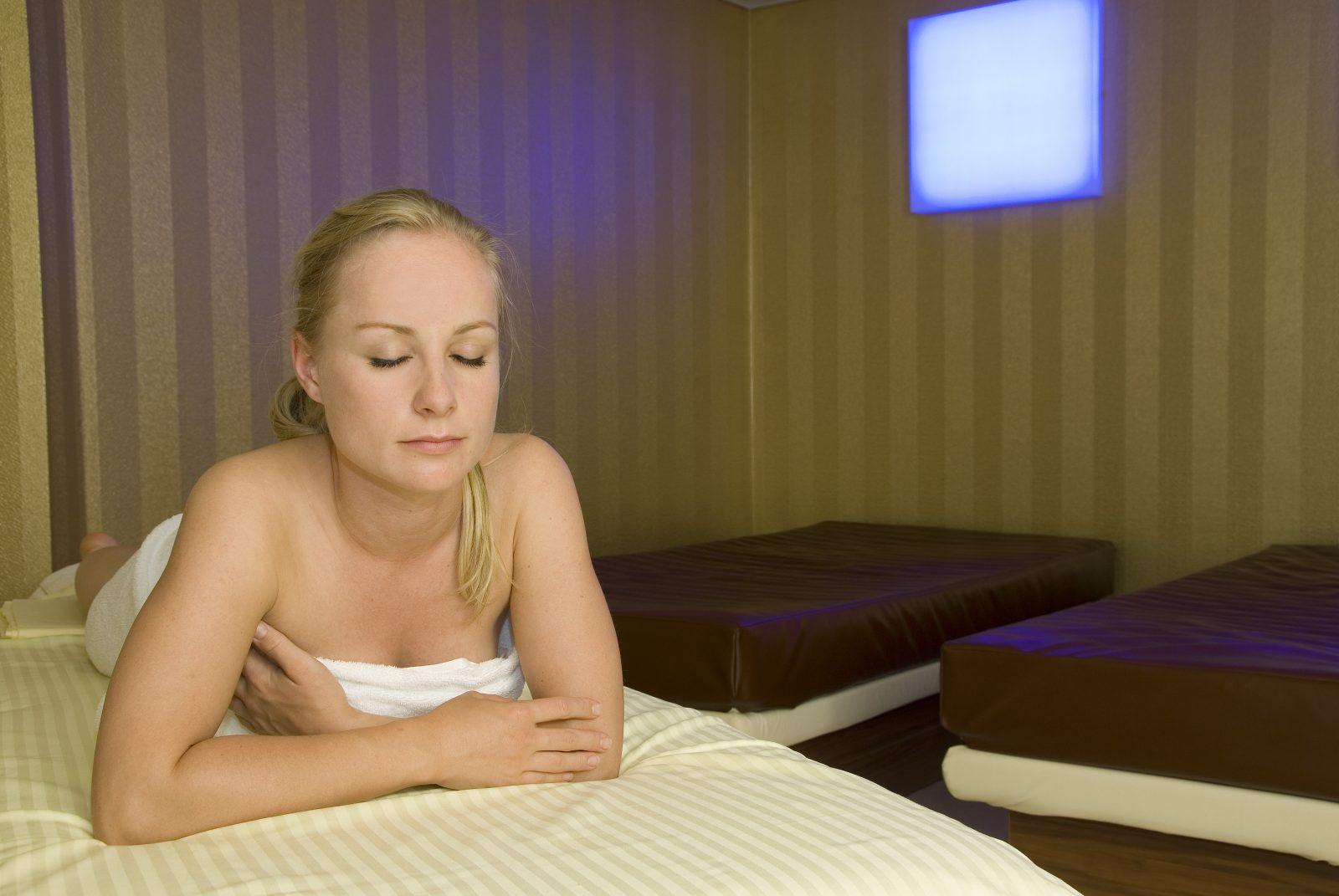 Frau auf Wasserbett