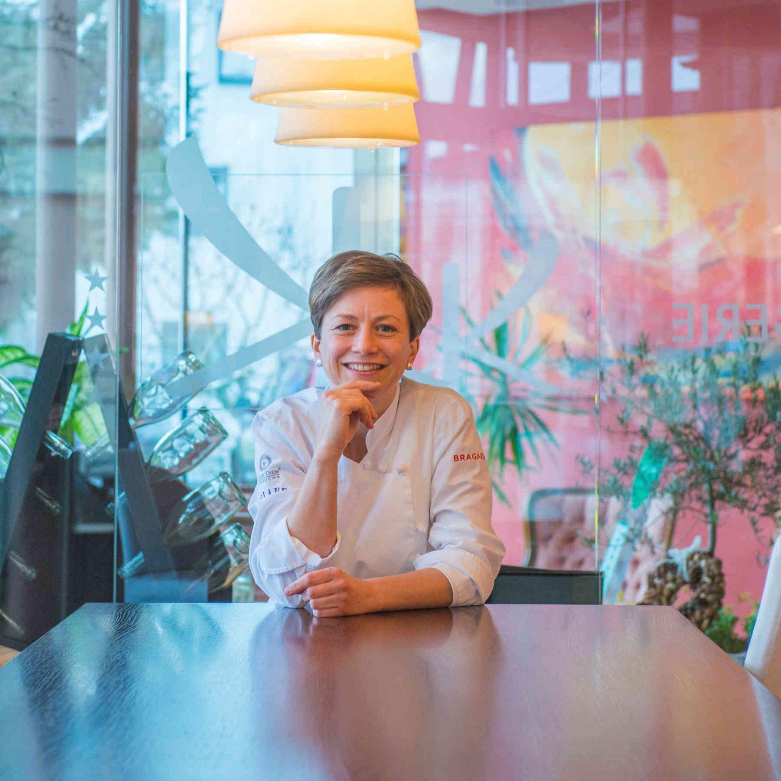 Astrid Krainer lächelt in die Kamera in der Orangerie