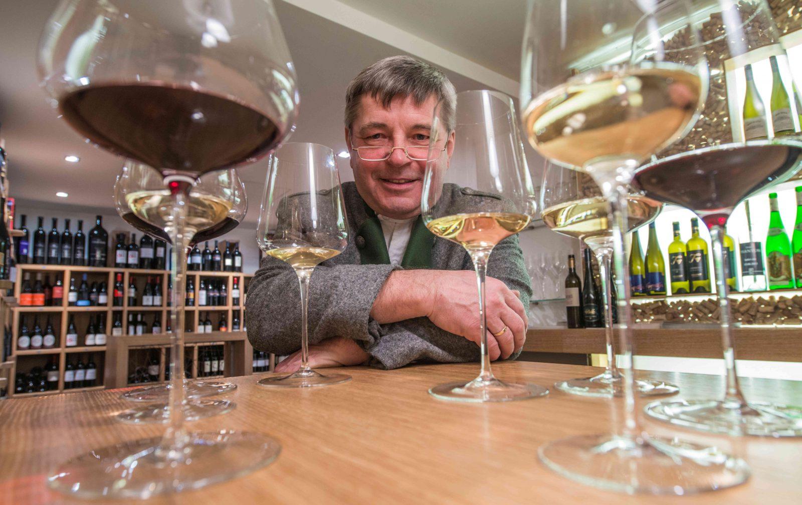 Hermann Krainer hinter Weingläsern