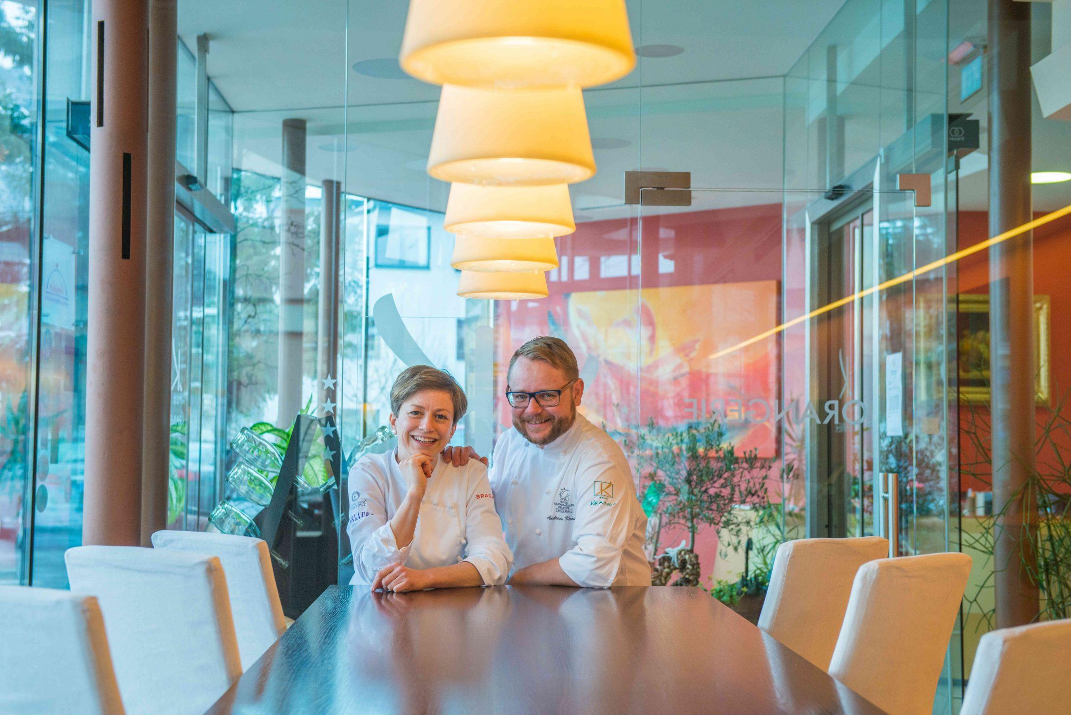 Astrid und Andreas Krainer lehnen auf einem hohen Tisch, der Essbar in der Orangerie