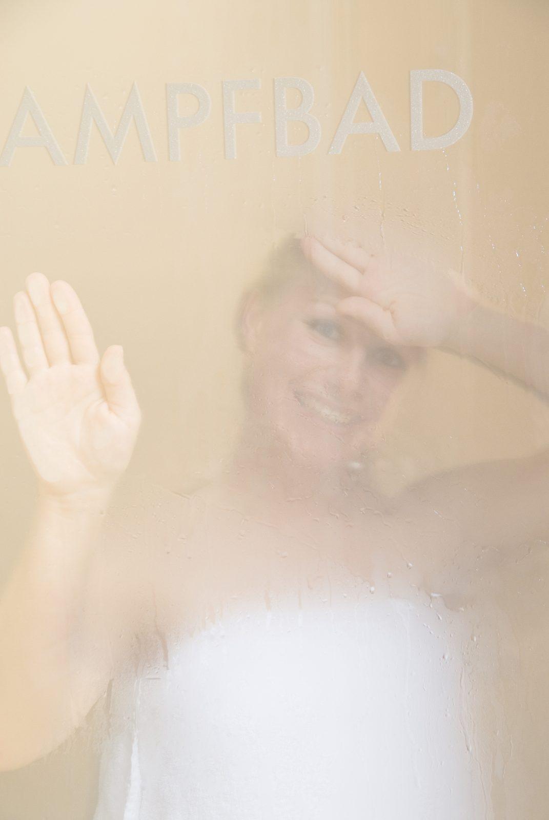 Frau in Dampfbad