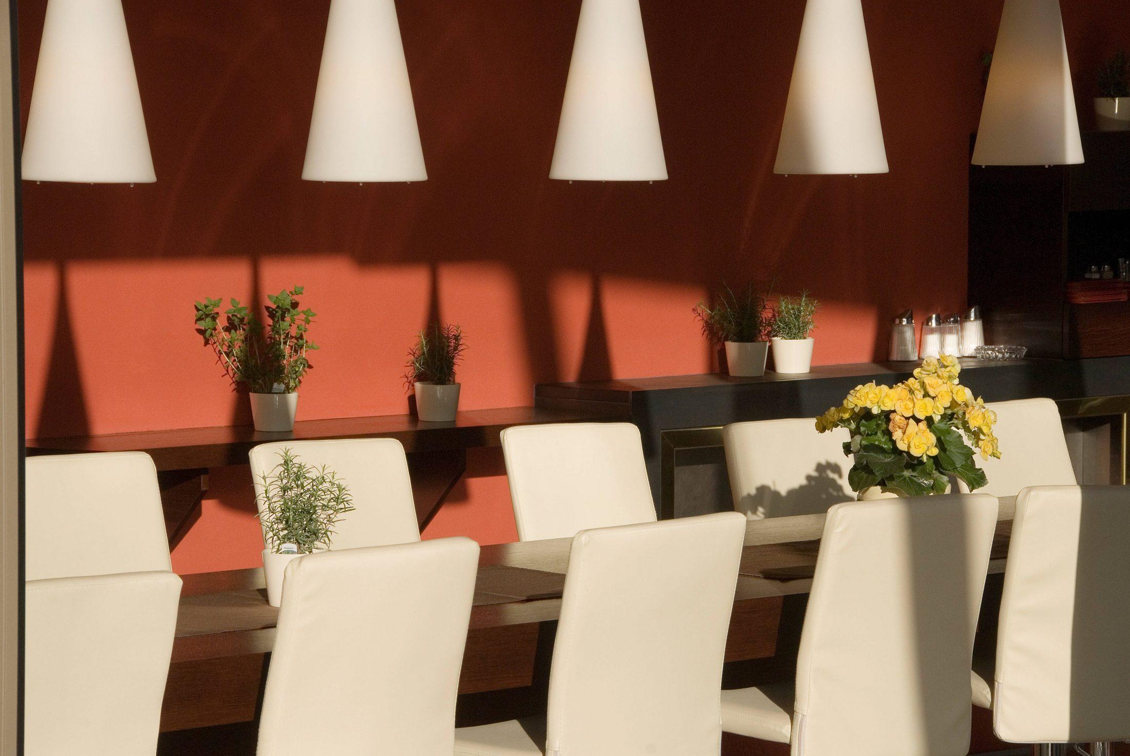 Wintergarten mit hohem Tisch, Schattenspiel