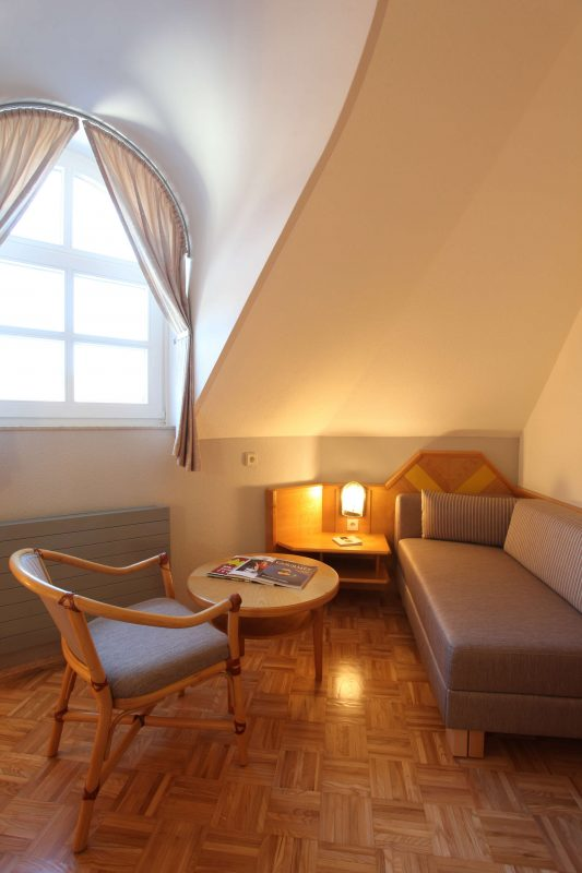 Sitzecke mit Couchtisch und moderner Couch