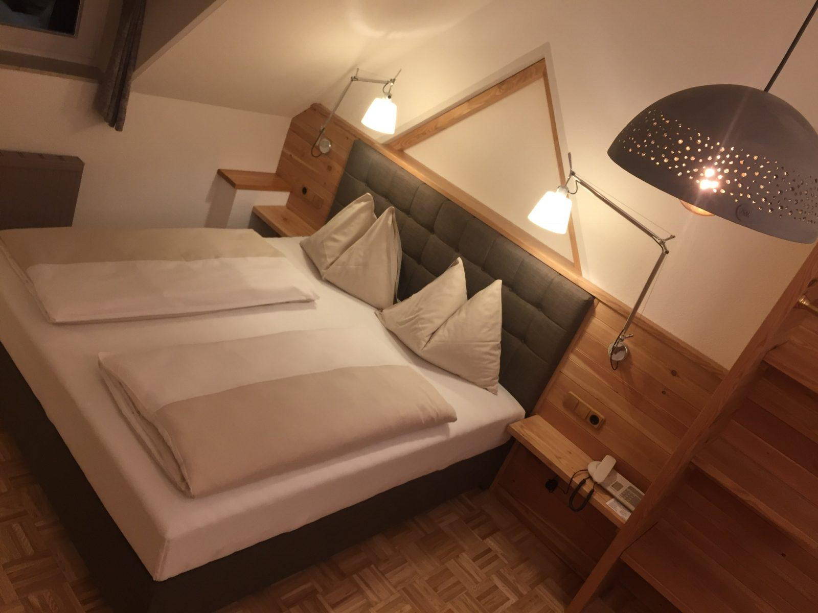 Hotel Zimmer mit Keramiklampe und Boxspringbett