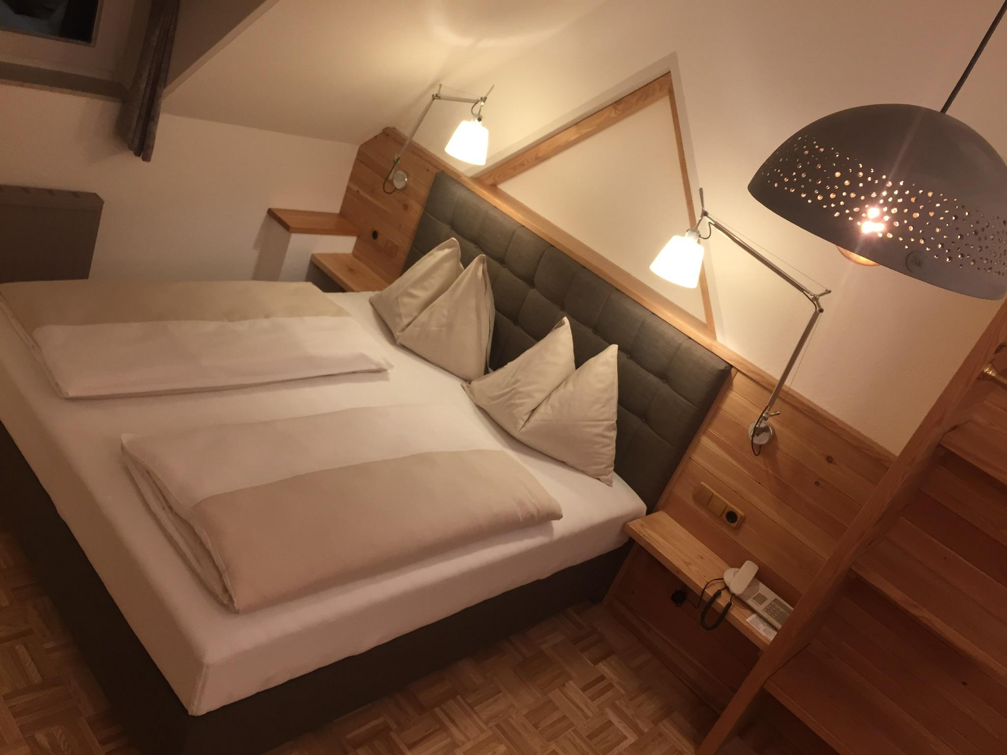 Zimmer mit Keramiklampe und Boxspringbett