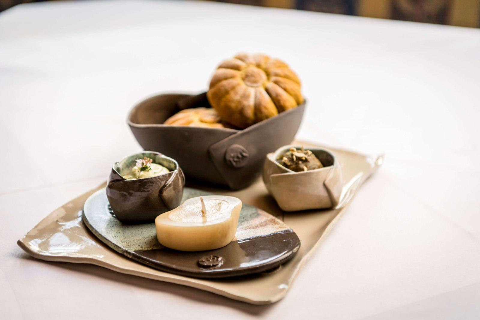 Gedeck mit Butter, Brot und Aufstrichen