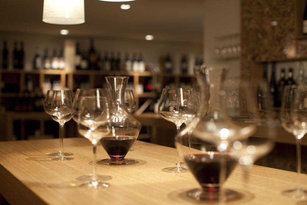 Karaffen mit Rotwein und Gläser