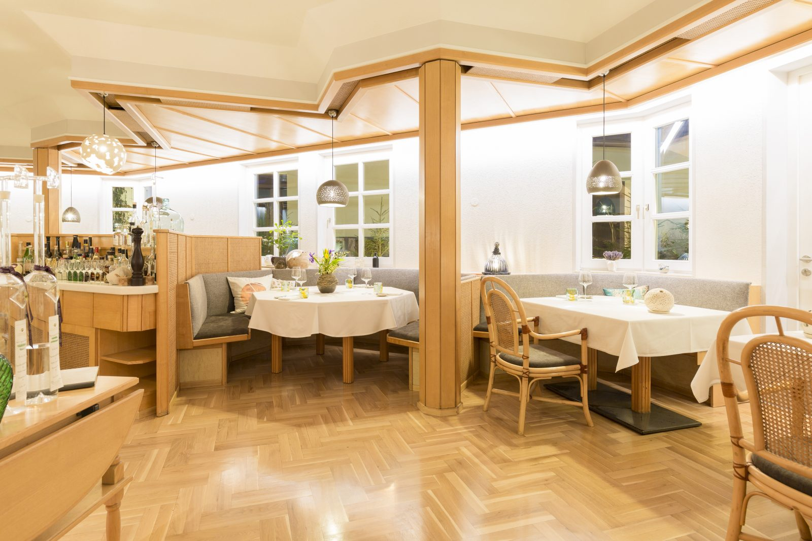 Restaurant mit Logen, Keramikleuchten von TSAK - Tonstudio Astrid Krainer und Parkettboden