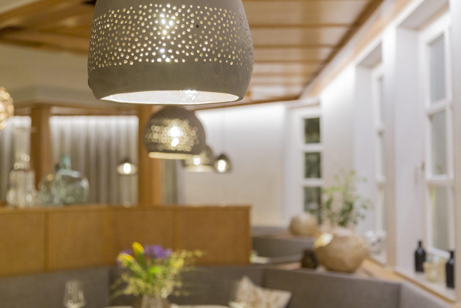 Restaurant mit Keramikleuchten von TSAK - Tonstudio Astrid Krainer