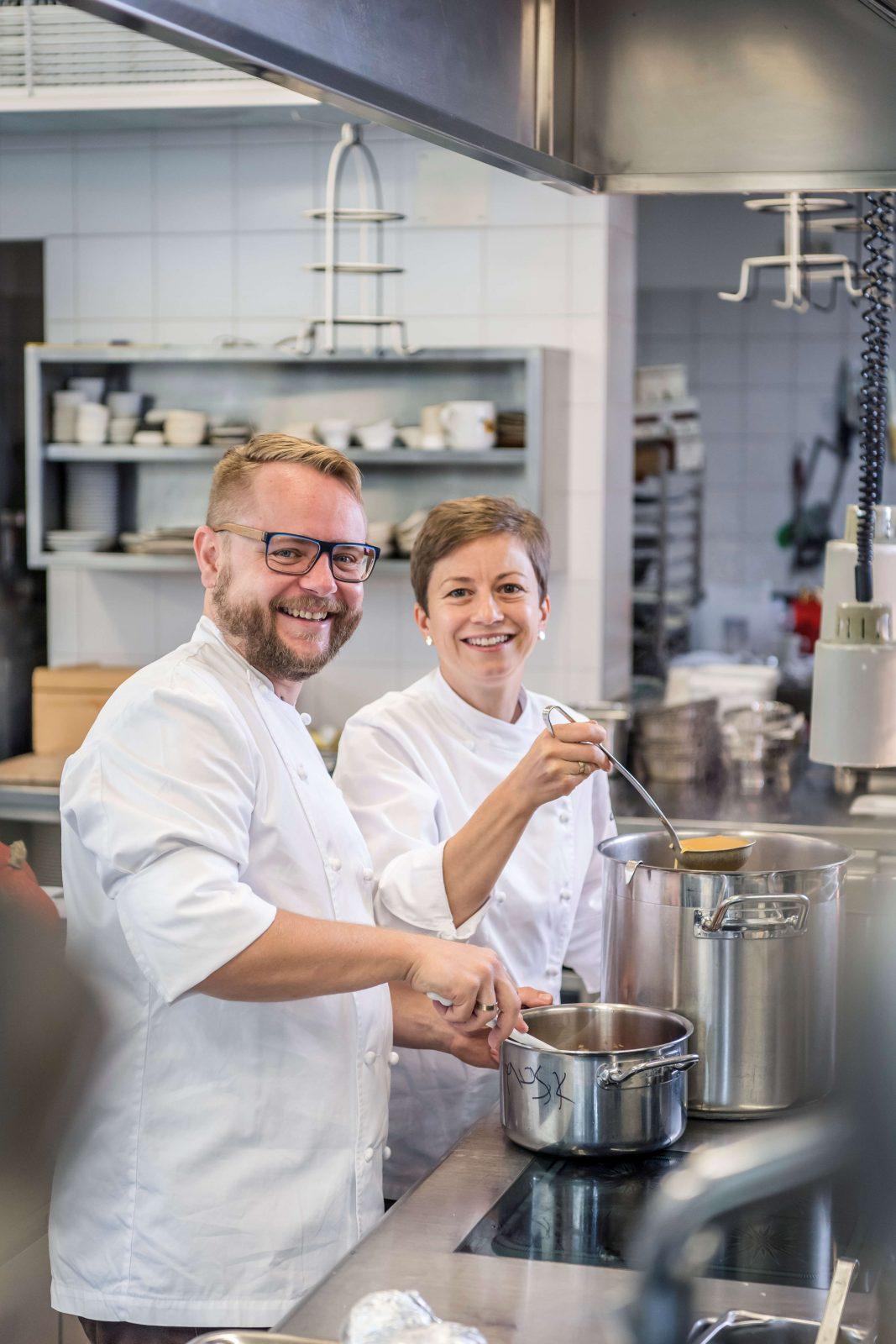 Astrid und Andreas Krainer beim Kochen in einer modernen Restaurantküche
