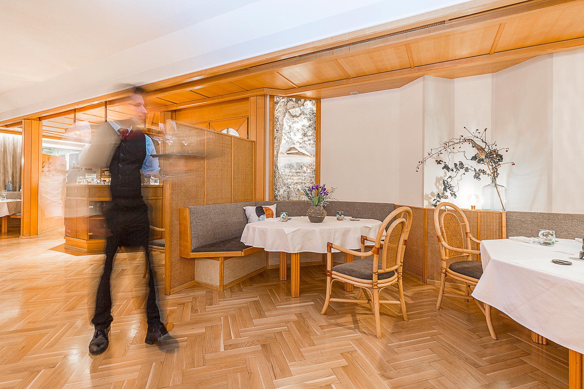 Schneller Kellner in schönem Restaurant