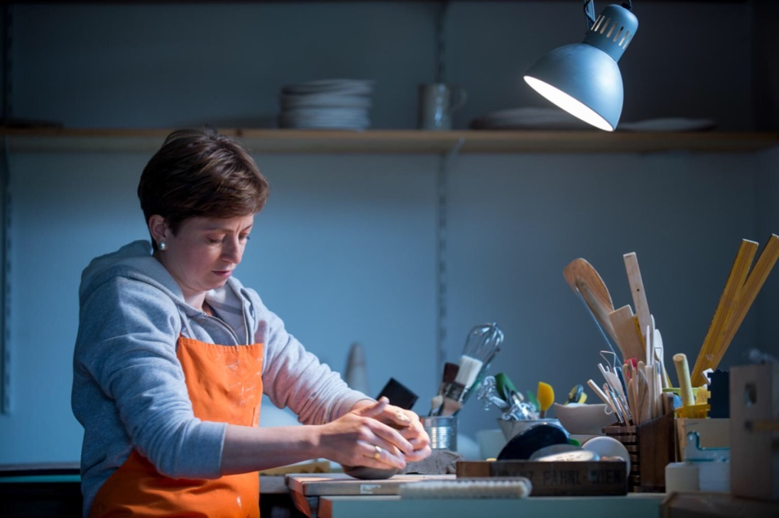 Astrid Krainer beim gestalten von Keramiktellern.