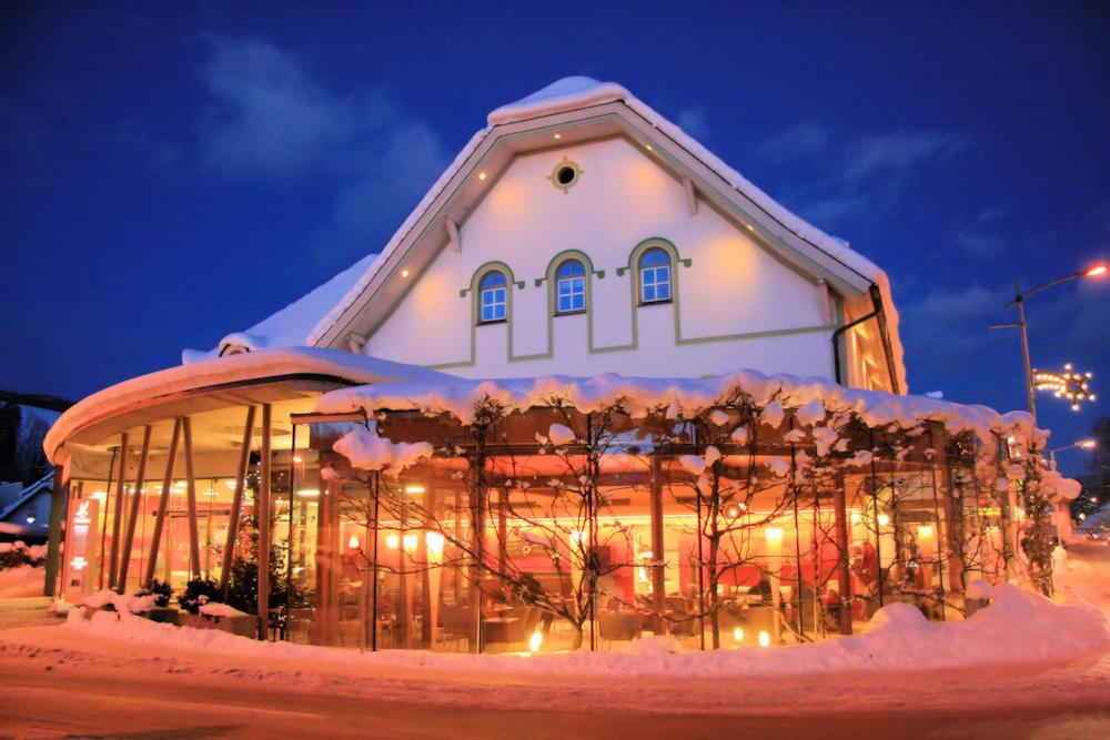 Aussenansicht Hotel Krainer bei Nacht im Winter
