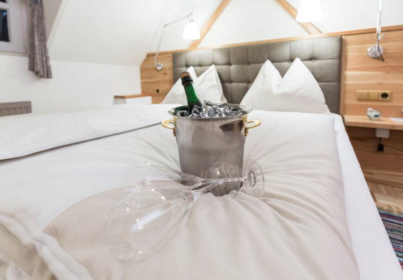 gemütliches Bett mit Champagnerkühler