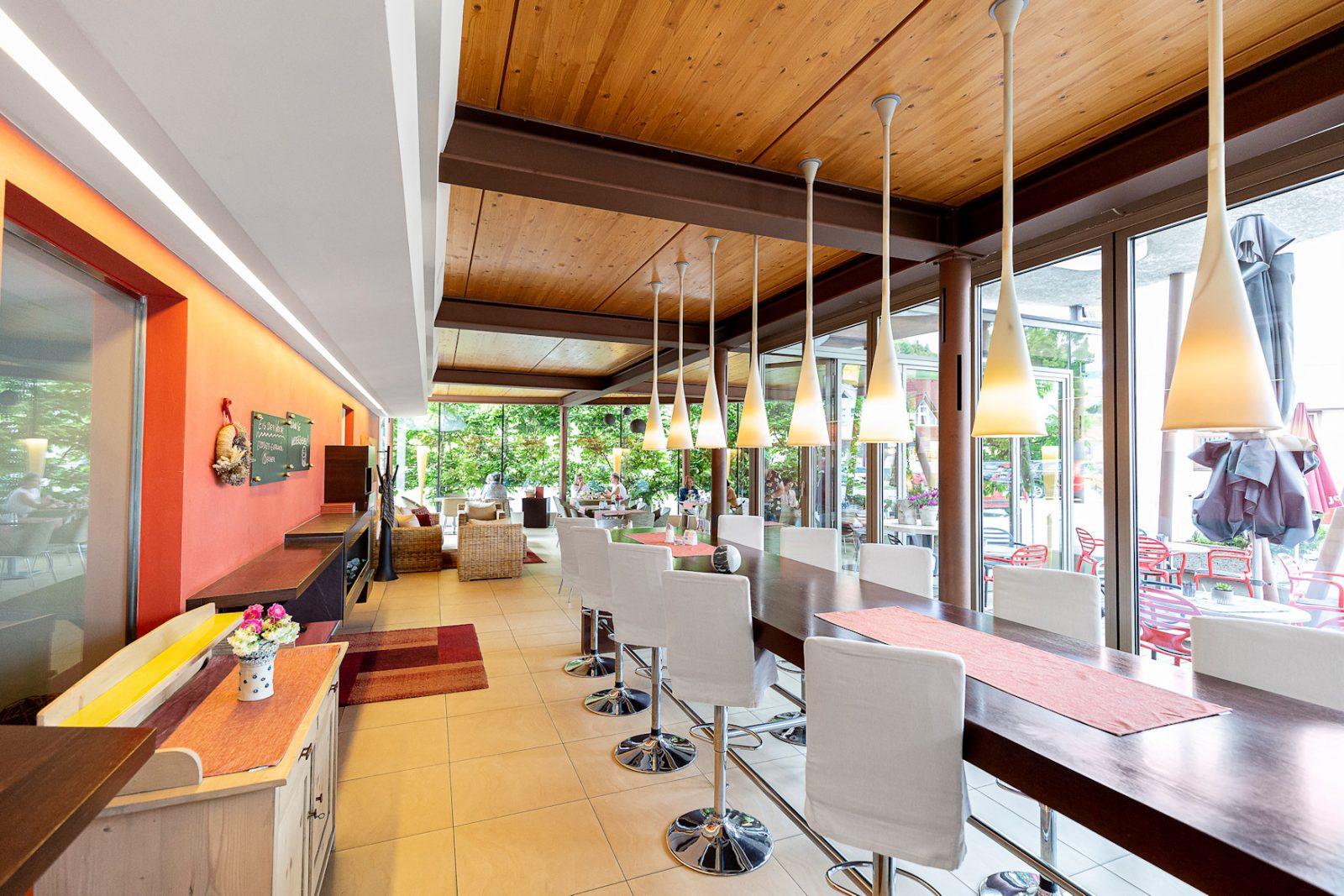 Hoher Tisch, Wirtshaus im Wintergarten, Glasfassade, moderne Lampen, Krainer Langenwang
